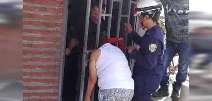 ¿Por chismosa? Mujer quedó atrapada en la reja de su vecina luego de intentar