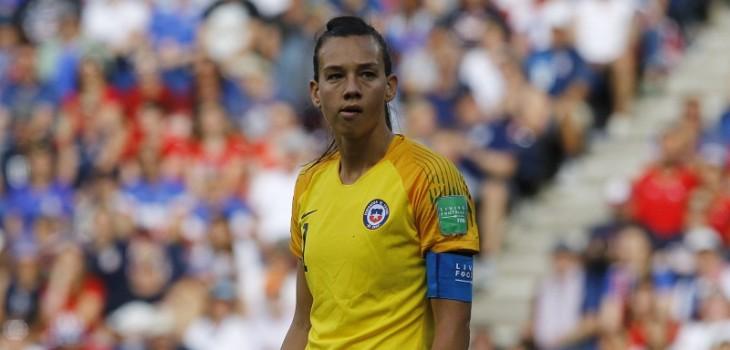 Christiane Endler vivió tenso momento con jugadora uruguaya tras recibir dura falta