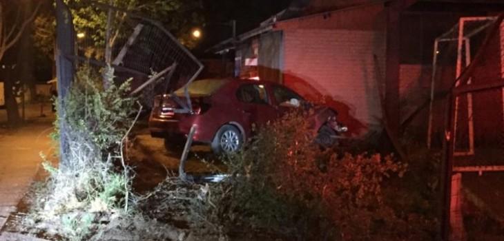 Tres adolescentes detenidos por robo de vehículo en La Pintana: chocaron contra sede social