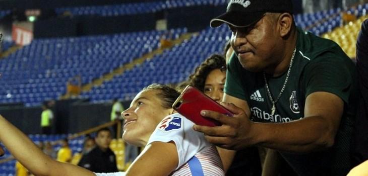 Hincha acosó a jugadora mientras se tomaba una selfie con ella