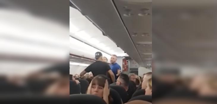 Pasajeros protagonizan violenta pelea en pleno vuelo y provocan aterrizaje de emergencia