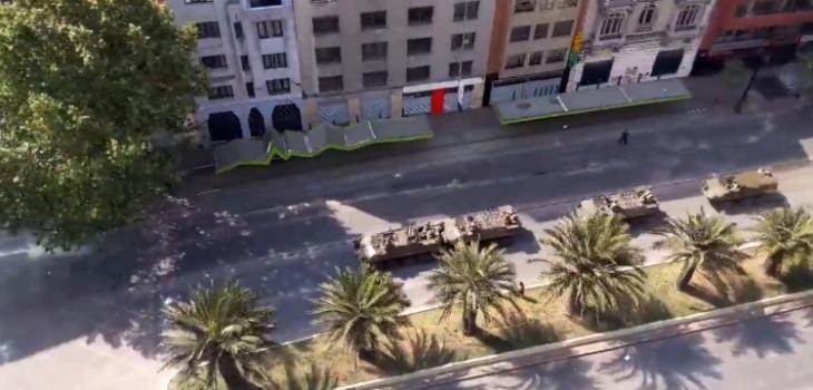 Registran insólita colisión de tanquetas del Ejército en medio de protestas cerca de Plaza Baquedano