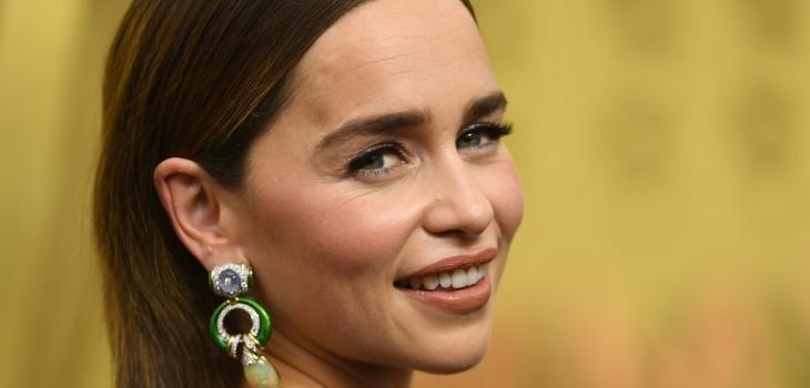 Emilia Clarke tiene un truco para que sus pestañas lleguen al cielo: probablemente lo querrás copiar