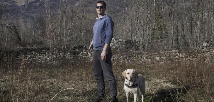 Nicolas Marzolin y su perro guía Wupi.