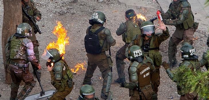 ¿Montaje? No. Imágenes muestran ataque con molotov a carabineras y despejan dudas con buses