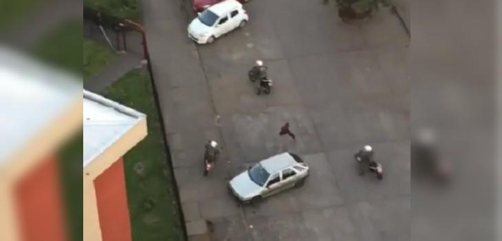 El notable escape de un manifestante de carabineros en motos: se volvió viral