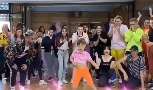 Pequeña de 7 años se luce bailando al ritmo de Daddy Yankee
