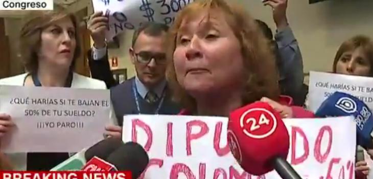 Asesores de parlamentarios protestaron en el Congreso por reducciones de sueldo a la mitad