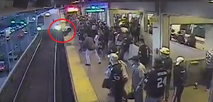 Viralizan impactante momento en que rescatan a hombre de ser atropellado por tren en California
