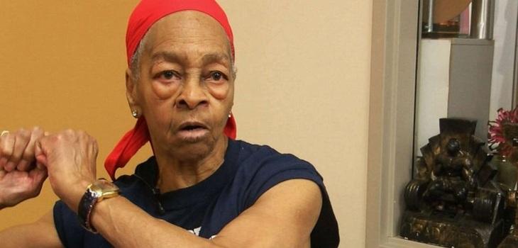 Fisicoculturista de 82 años golpea a un intruso en casa