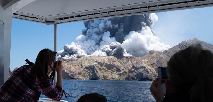 Cinco muertos y 18 heridos dejó erupción de volcán en Nueva Zelanda