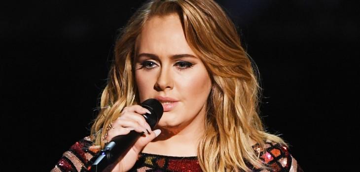 Adele compartió postales navideñas y volvió a mostrar su renovada figura: algunos no la reconocieron