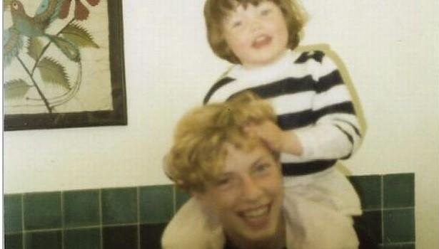Chris Martin con la hermanita Nicola
