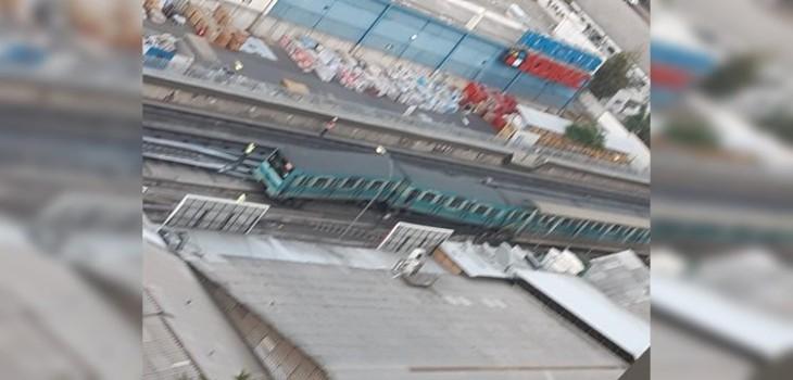 Tren descarrilado causa suspensión en estaciones de Línea 5: opera solo entre Pudahuel y Bellas Artes
