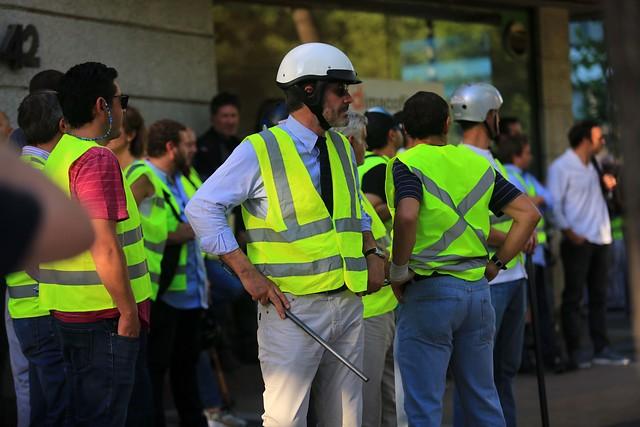 Desde lentes de seguridad a chalecos amarillos: las compras de los municipios en medio de la crisis en Chile