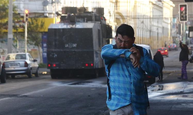 Denuncian uso de soda cáustica en el agua antidisturbios — Chile