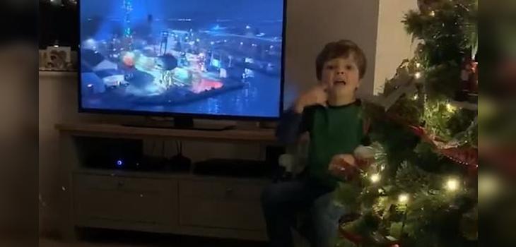 Niño de 4 años traduce película en lengua de señas para sus padres sordos