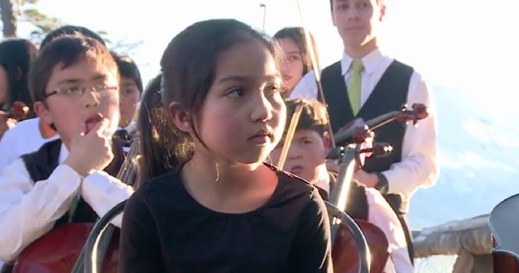Francisco Saavedra le regaló chelo a pequeña música de Chiloé