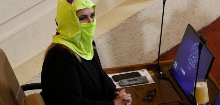 Pamela Jiles encapuchada en el Congreso