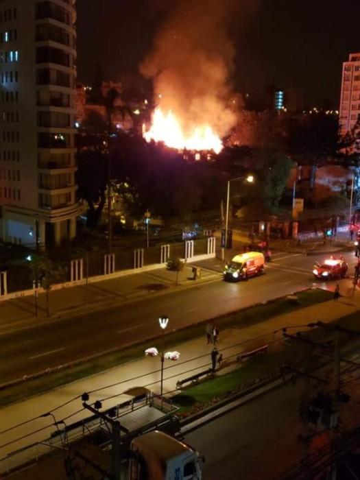 Incendio destruyó el techo y segundo piso de la 'Casa Italia'