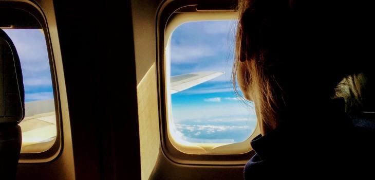 ¿Tienes listos los pasajes para tus vacaciones? Tips para conciliar el sueño durante un vuelo largo