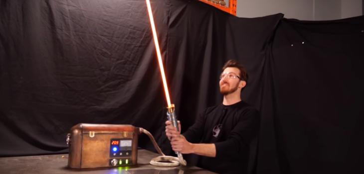 Inventor creó un sable de luz igual a los de Star Wars y capaz de cortar objetos