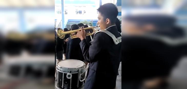 joven se vuelve viral por tocar tambor y trompeta al mismo tiempo