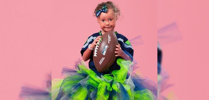 Harper posa con su camisa y balón de fútbol americano
