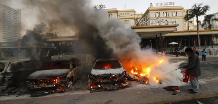 autos quemados afuera de Hotel O'higgins