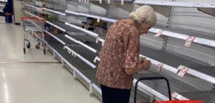 anciana llora supermercado