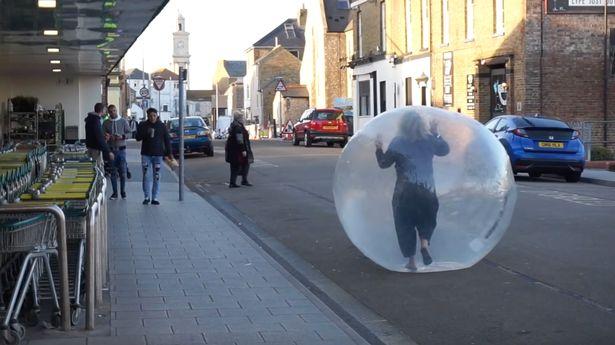 Mujer salió de compras en una pelota inflable gigante