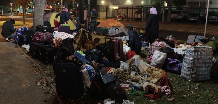bolivianos acampan fuera del consulado