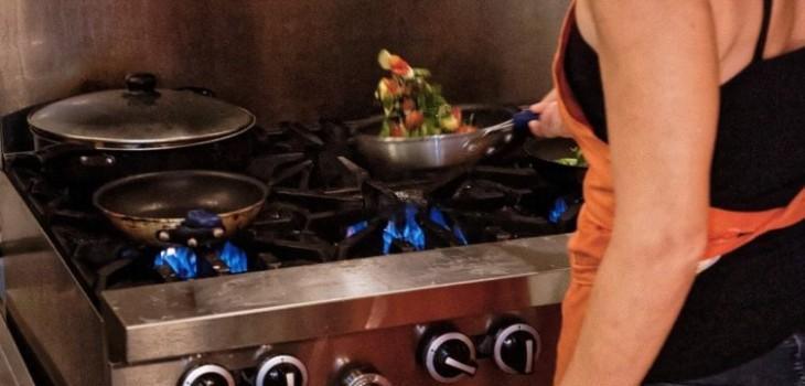 mujeres limpian y cocinan mientras teletrabajan