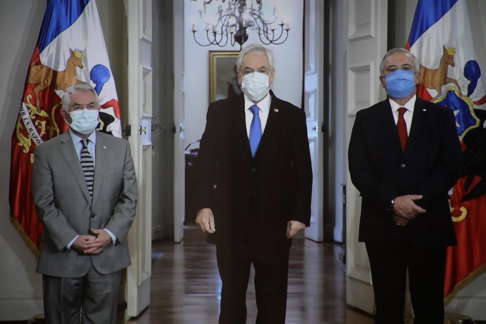 Enrique Paris asume con ministro de Salud