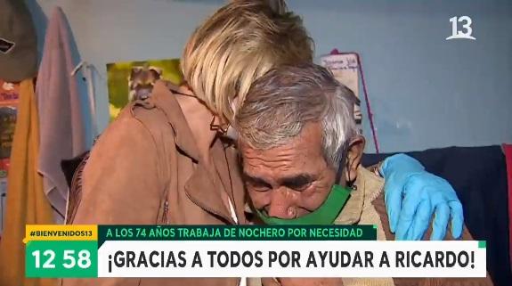 Bienvenidos y hombre de 75 años trabaja de nochero