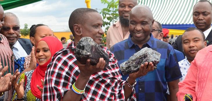 Minero se vuelve millonario tras hallar los trozo más grandes de tanzanita