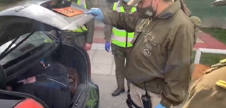 hombre maletero taxi control sanitario