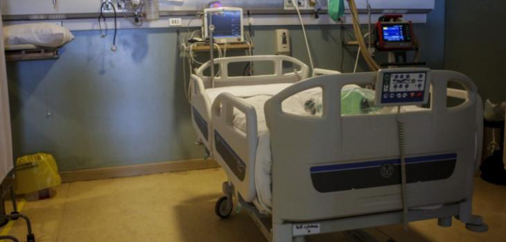 Realidad opuesta de hospitalización por COVID-19: lo que paga un afiliado a Fonasa y uno de isapre
