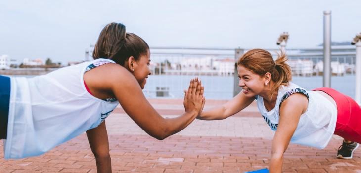 dos mujeres haciendo plancha