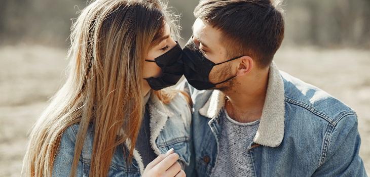 Pareja, pareja y covid-19, pareja con mascarillas