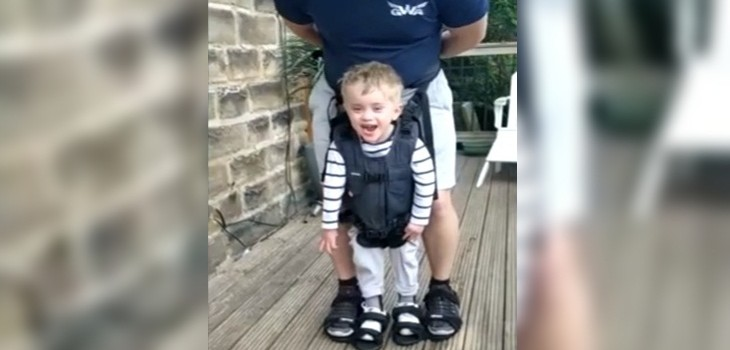 niño paralisis cerebral camina por primera vez