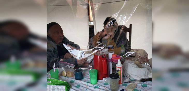 familia de Temuco crea cabina especial para abrazar a sus abuelos