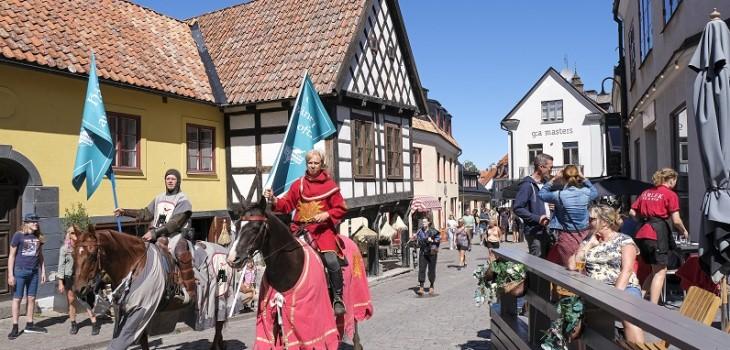 Suecia recurre a caballeros medievales para velar por el distanciamiento social