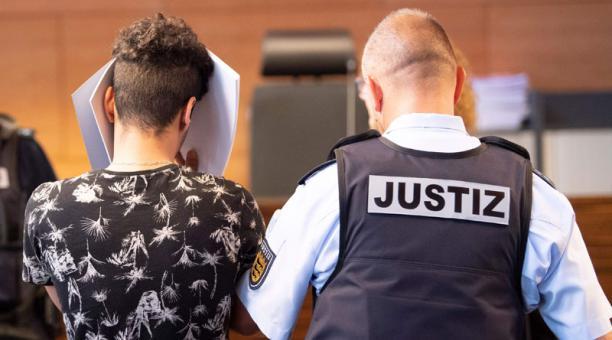 Justicia alemana condenó a prisión a 8 jóvenes por violación en grupo