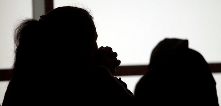 mujer detenida violacion toque de queda
