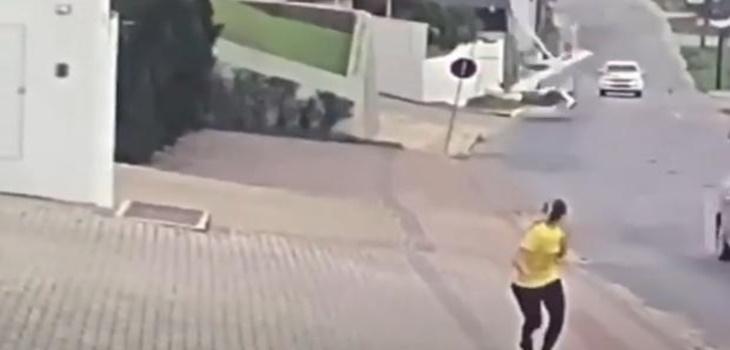 Captan el momento justo en que avioneta cae en Brasil a metros de autos y peatones