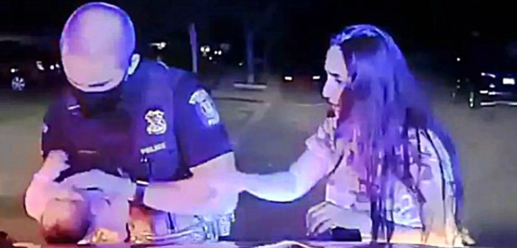 El angustiante momento en que un policía de EE.UU. rescata a un bebé que se estaba ahogando