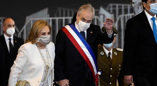 De seda y reutulizable: la llamativa mascarilla que utilizó Cecilia Morel durante Cuenta Pública
