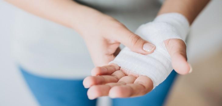 La importante razón por la que nunca deberías arrancar las costras de tus heridas