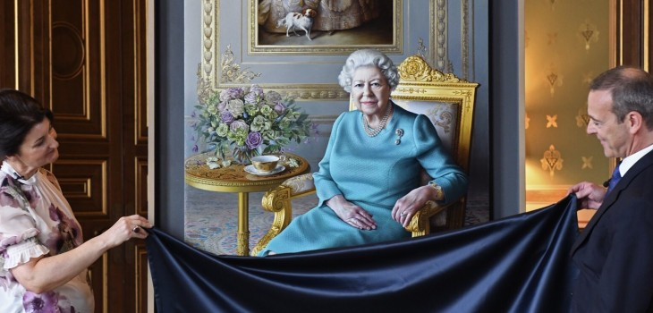 Estrenan nuevo retrato oficial de Isabel II